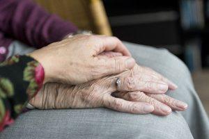 נופל וקם: התמודדות עם נפילות קשישים